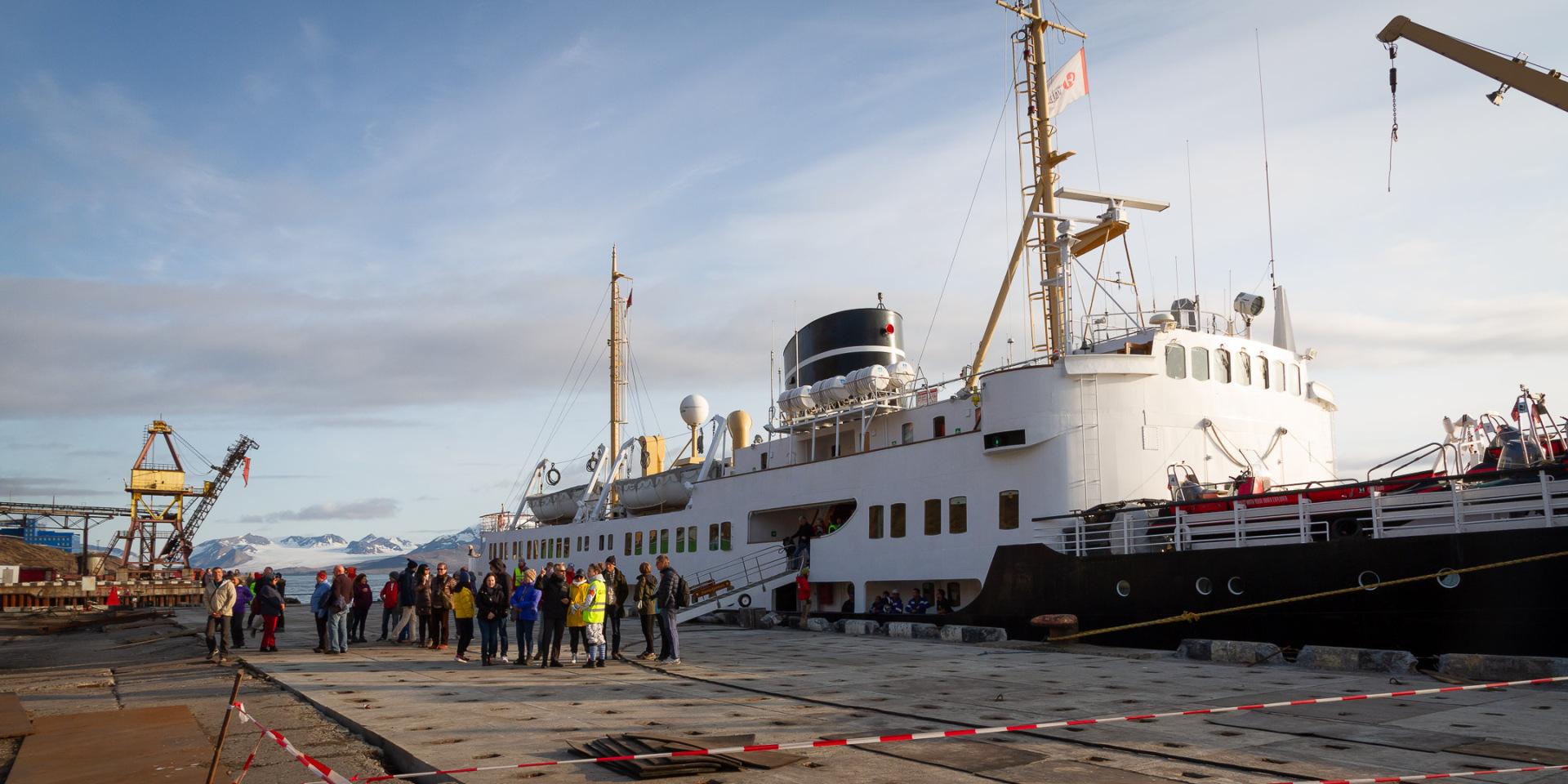 M/S Nordstjernen am Kai in Barentsburg